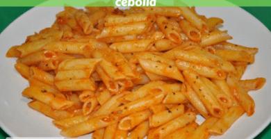 Macarrones con mermelada de tomate y cebolla