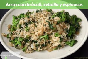 Arroz con brócoli, cebolla y espinacas